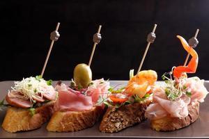 Tapas auf knusprigem Brot - Auswahl an spanischen Tapas foto
