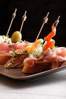 Tapas auf knusprigem Brot - Auswahl an spanischen Tapas