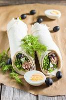 Salat mit Thunfisch, Oliven und Ei foto