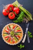 grüne Spargelkuchen mit Eiern und Tomaten foto