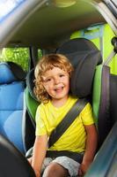 3 Jahre alter Junge auf dem hinteren Kindersitz foto