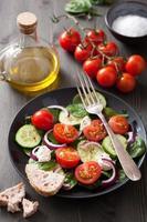 Salat mit Tomaten Gurke und Ziegenkäse foto