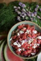 Sommersalat mit Wassermelone, Schnittlauch, Dill und Feta-Käse foto