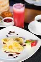 balinesischer Bananenpfannkuchen und Wassermelonensaft foto