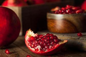 rohe organische rote Granatäpfel foto