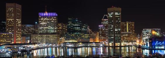 Nachtreflexionen am inneren Hafen in Baltimore, Maryland foto