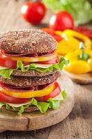 gesundes Sandwich mit Salami-Tomaten-Pfeffer und Salat