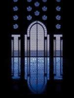 blaue Reflexionen durch Fenster, die die Tür zur Moschee einrahmen