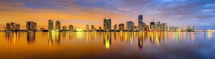 Panorama von Miami Gebäuden in der Nacht auf Wasser reflektiert