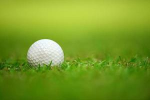 Golfball auf Gras foto