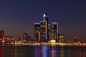 Nachts die Skyline von Detroit, Michigan foto