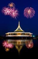schönes Gebäude mit Feuerwerk