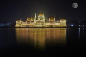 Parlament von Budapest, Ungarn in der Nacht bei Vollmond