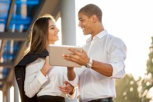 Geschäftsleute diskutieren ein Projekt auf einem digitalen Tablet