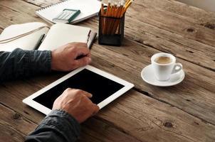 Tablet-Computer in Männerhänden foto