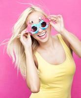 Frau mit lustiger Sonnenbrille foto
