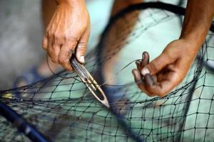 ein Fischernetz reparieren foto