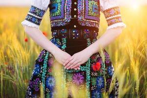 Detail des Frauenkleides im Sonnenlicht