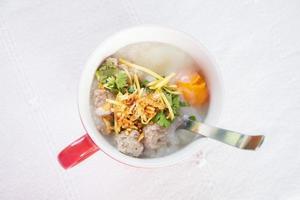 Frühstück nach thailändischer Art mit Schweinefleisch und weich gekochtem Ei