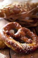 weich gebackene Salzbrezel und Brotkorb foto