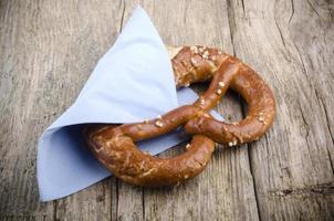 salzige Bretzel mit blauer Serviette foto