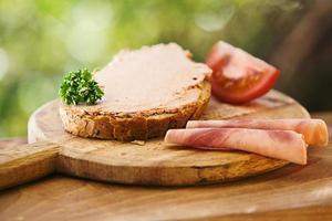 Scheibe Brot mit Pastete und Stück Schinken foto