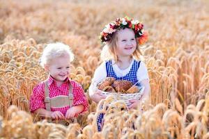 Kinder in bayerischen Kostümen im Weizenfeld