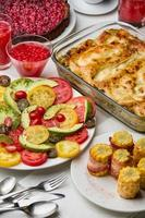 zubereitetes Abendessen - Tomaten, Lasagne, Dessert foto