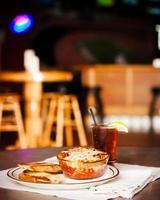 Essen und Trinken: Lasagne-Knoblauchbrot in der Restaurantbar foto