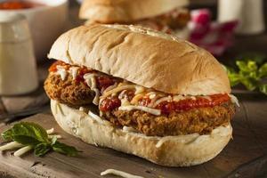 herzhaftes hausgemachtes Hühnchen-Parmesan-Sandwich foto