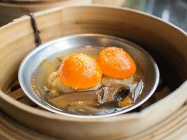 Dim Sum, York Egg auf Schweinefleischknödel im Korb foto