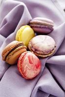 bunte Macarons auf Stoff foto