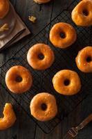 hausgemachte runde glasierte Donuts foto