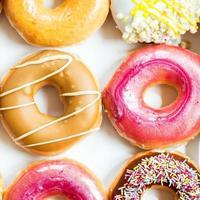 glasierte Donuts mit bunten Streuseln und Zuckerguss foto