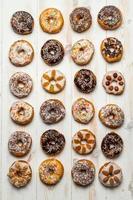 große Gruppe von verschiedenen Donuts foto