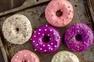 frisch gebackene Vanilleschoten-Donuts foto