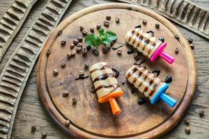 Kaffee-Eis am Stiel mit Schokoladenüberzug foto