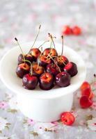 in Schokolade getauchte Kirschen foto