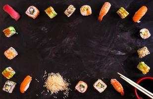 Sushi auf dunklem Hintergrund eingestellt. Minimalismus foto