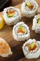 gesundes japanisches Lachs-Maki-Sushi