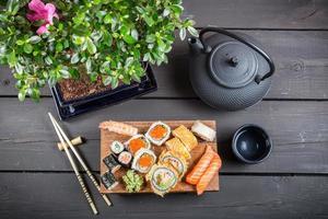 Sushi serviert und essfertig