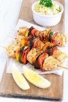 gesunde Hühnerspiesse und Krautsalat foto