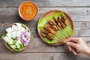 Leute, die Satay essen