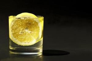 Zitronensoda in Gläsern foto