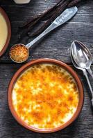 Crème Brûlée im rustikalen Porzellantopf