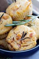 herzhafte Muffins mit Kräutern, Tomaten und Schinken foto