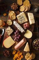 schickes Fleisch und Käseplatte mit Obst foto