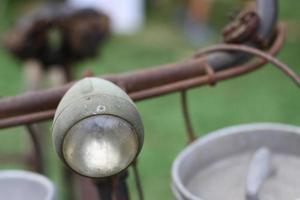 rostiges Fahrrad eines Milchmannes des letzten Jahrhunderts foto