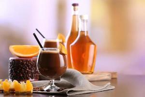Espresso-Cocktail auf dem Tisch serviert foto