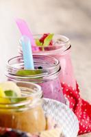 verschiedene Fruchtshakes auf weißem Tisch